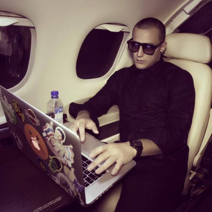 DJ snake on a plane